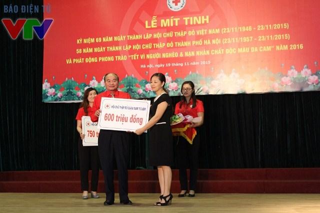 Hội Chữ thập đỏ các quận và các tổ chức, cá nhân, doanh nghiệp đóng góp cho phong trào Tết vì người nghèo và nạn nhân chất độc màu da cam