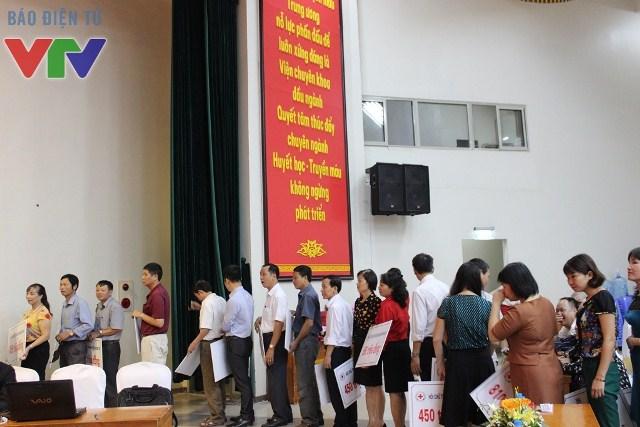Trong ngày lễ phát động phong trào Tết vì người nghèo và nạn nhân chất độc màu da cam, nhiều cá nhân, tổ chức mang nhiều phần quà đến hưởng ứng phong trào