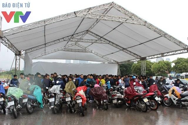 Dù trời mưa rất to nhưng đã có đông thí sinh đến đợi trước giờ nhận hồ sơ