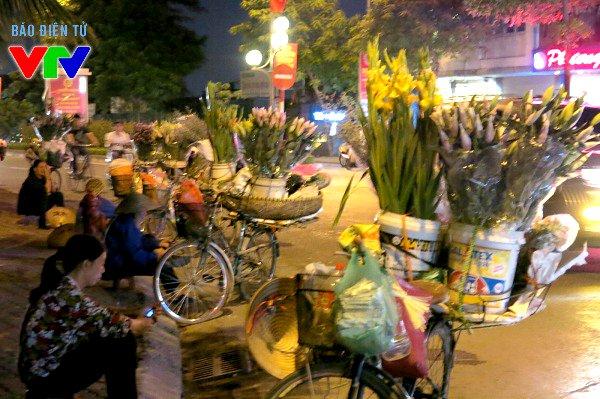 Nhiều phụ nữ nhập hoa về bán ngay lúc nửa đêm về sáng tại chợ hoa Quảng Bá