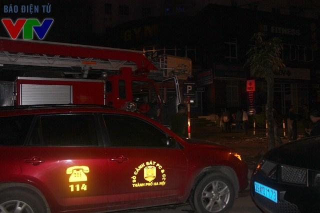 Lực lượng cảnh sát phòng cháy - chữa cháy cùng các xe cứu hỏa có mặt kịp thời tại hiện trường để khống chế đám cháy