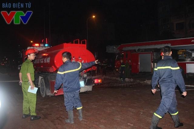 Đến 0h ngày 25/11, đám cháy được khống chế hoàn toàn, nhưng lực lượng cứu hộ vẫn túc trực để đảm bảo an toàn cho người dân và tìm kiếm người mắc kẹt