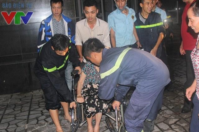 Lực lượng cứu hộ giúp đỡ người dân sơ tán