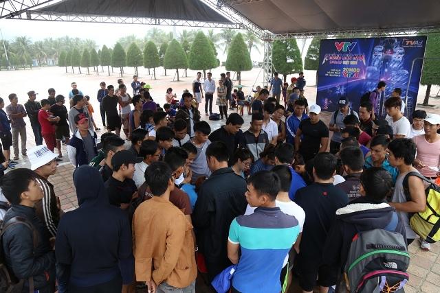 Hàng trăm thí sinh tụ hội về công viên Biển Đông - Đà Nẵng để đăng kí dự tuyển