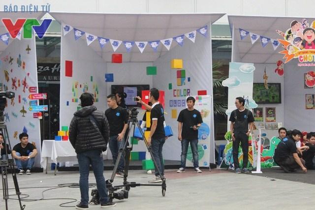 Công chúng có thể đến từng gian hàng để trải nghiệm sản phẩm game để quyết định cùng ban giám khảo đội nào giành chiến thắng