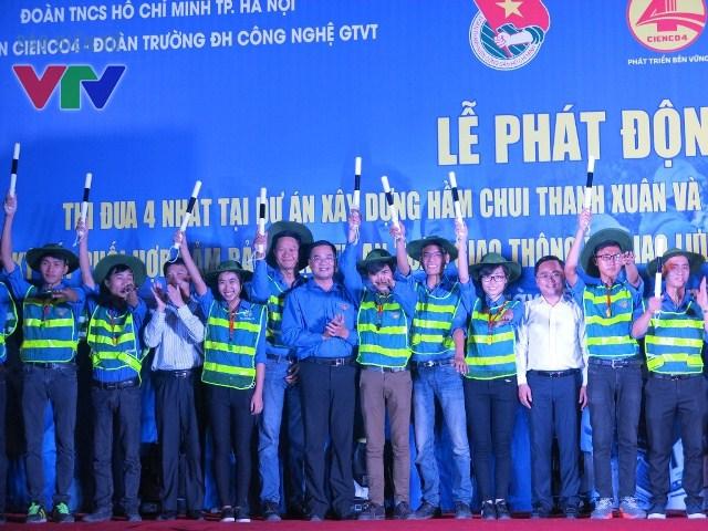 Đồng chí Nguyễn Ngọc Việt - Uỷ viên Ban Chấp hành Trung Ương Đoàn, Phó bí thư Thành đoàn Hà Nội trao các vật dụng, thiết bị bảo hộ cho các đội thanh niên tình nguyện tham gia đảm bảo trật tự an toàn giao thông.