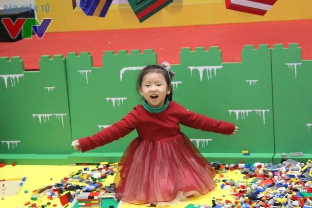 Các bé còn được thỏa thích sáng tạo với những mảnh ghép LEGO thú vị