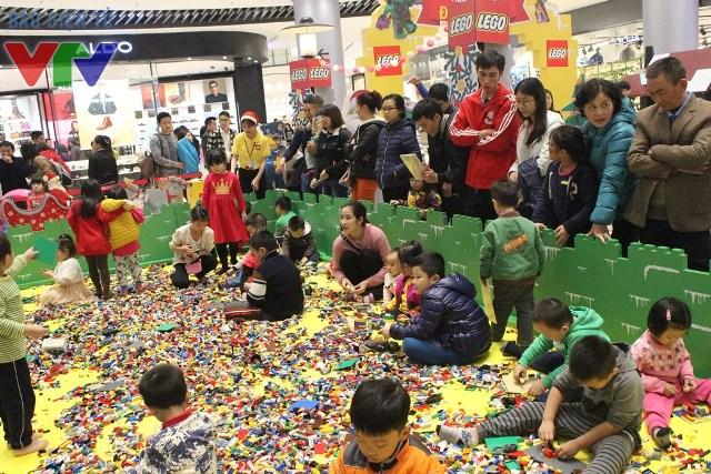Trong ngày đầu tiên mở cửa, Ngôi làng mơ ước LEGO đã đón nhận rất nhiều cư dân nhí đến tham gia
