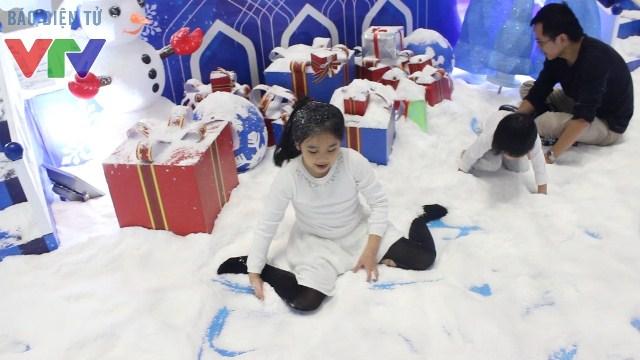 Tuyết được sử dụng là tuyết nhân tạo rất giống tuyết thật và an toàn tuyệt đối với trẻ nhỏ