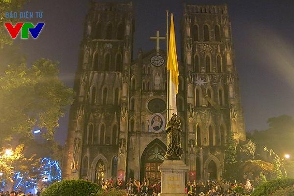 Nhà thờ Lớn là địa điểm thu hút rất đông người dân Hà Nội vào dịp lễ Giáng sinh