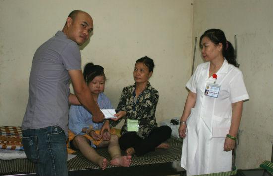Anh Đặng Việt Thắng đại diện các cá nhân ủng hộ trao 29 triệu đồng cho em Phùng Thị Thắm.