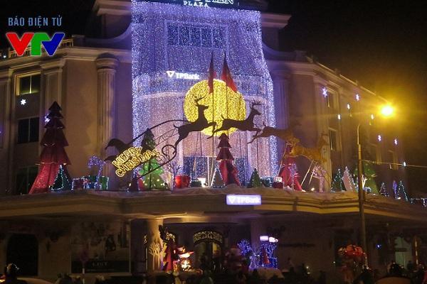 Nhiều trung tâm thương mại được trang trí lộng lẫy nhằm chào đón lễ Giáng sinh.