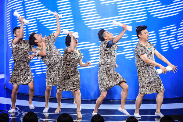 Ở phần mở màn, các trưởng phòng diện quần áo theo phong cách người tiền sử xuất hiện trên sân khấu.