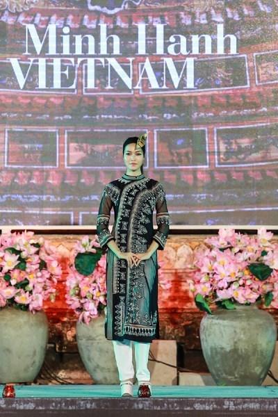 Mẫu thiết kế của kết hợp tinh tế trang phục áo dài với vải dệt của người dân A Lưới, Thừa Thiên-Huế. (Ảnh: VOV)