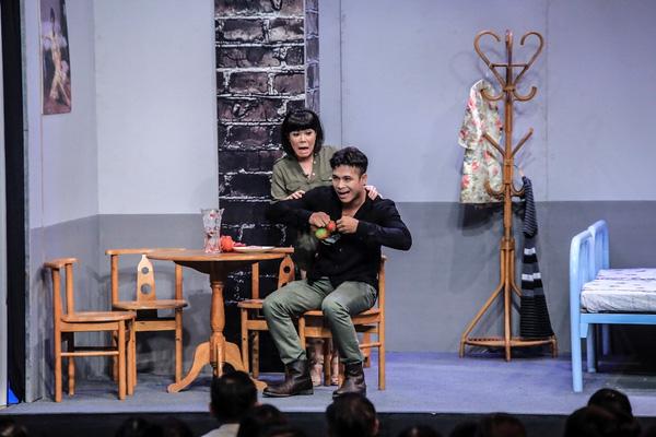 Khách mời Trương Thế Vinh chạm trán trưởng phòng Việt Hương.