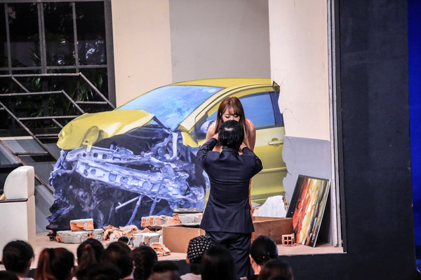 Chi Pu được giám khảo Hoài Linh hỗ trợ cài mic.