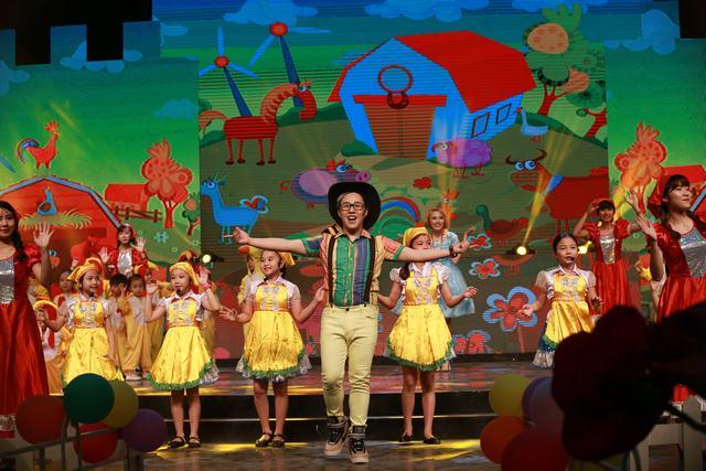 Trung Quân Idol xuất hiện trên sân khấu trong hình ảnh Bác McDonald