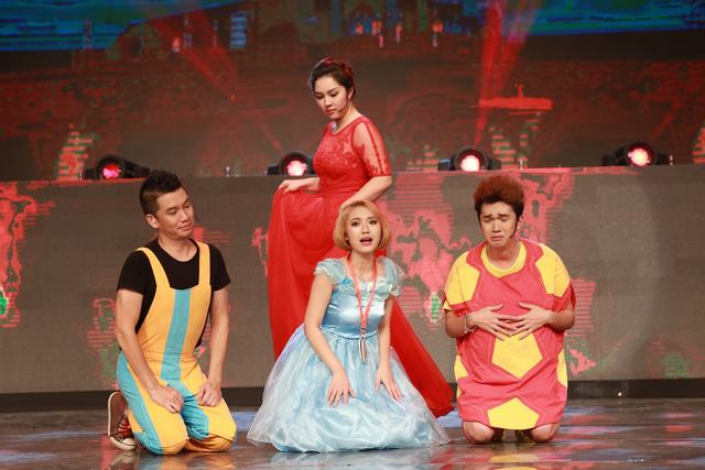 Sự xuất hiện của Nữ hoàng đỏ khiến các nhân vật khác thấy lo lắng