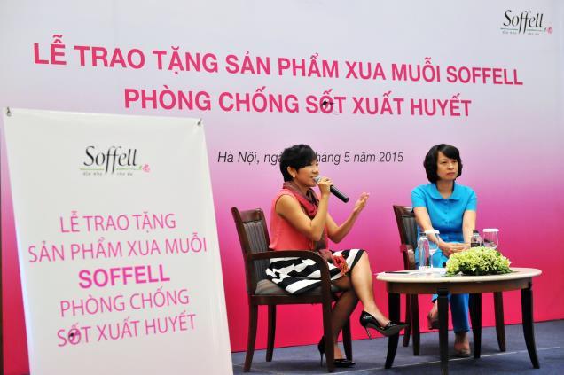 TS.BS Nguyễn Thị Liên Hương (Phó Cục trưởng phụ trách Cục quản lý môi trường Y Tế - VIHEMA) và bà Carol Lai (Quản lý thương hiệu Soffell toàn vùng tập đòan Enesis)