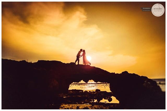 Cổng Tò Vò là kiệt tác thiên nhiên hiếm có do Nham Thạch gặp nước biển đông cứng lại tạo thành vòm đá khổng lồ.