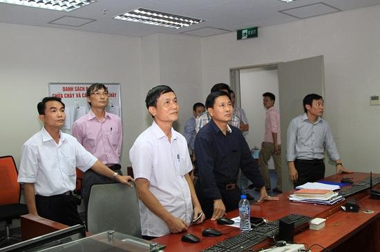 Ban Chỉ huy PCCC của Đài theo dõi quá trình thực tập tại phòng BMS tòa nhà Trung tâm THVN