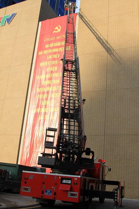 Xe thang được triển khai để cứu người mắc kẹt trên tầng 5