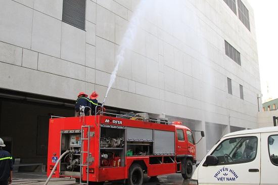 Sau khi thao tác xong, lực lượng chuyên nghiệp tiến hành phun nước chữa cháy