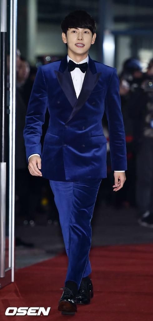 Nam diễn viên trẻ Im Si Wan diện nguyên bộ vest nhung màu xanh. Chiếc quần cũng bị cho là ngắn một cách kỳ lạ.
