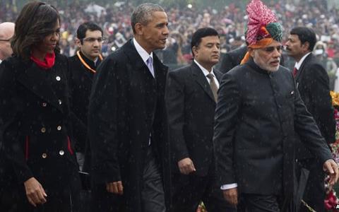 Vợ chồng Tổng thống Obama đến dự lễ dưới cơn mưa. (Ảnh: Reuters)