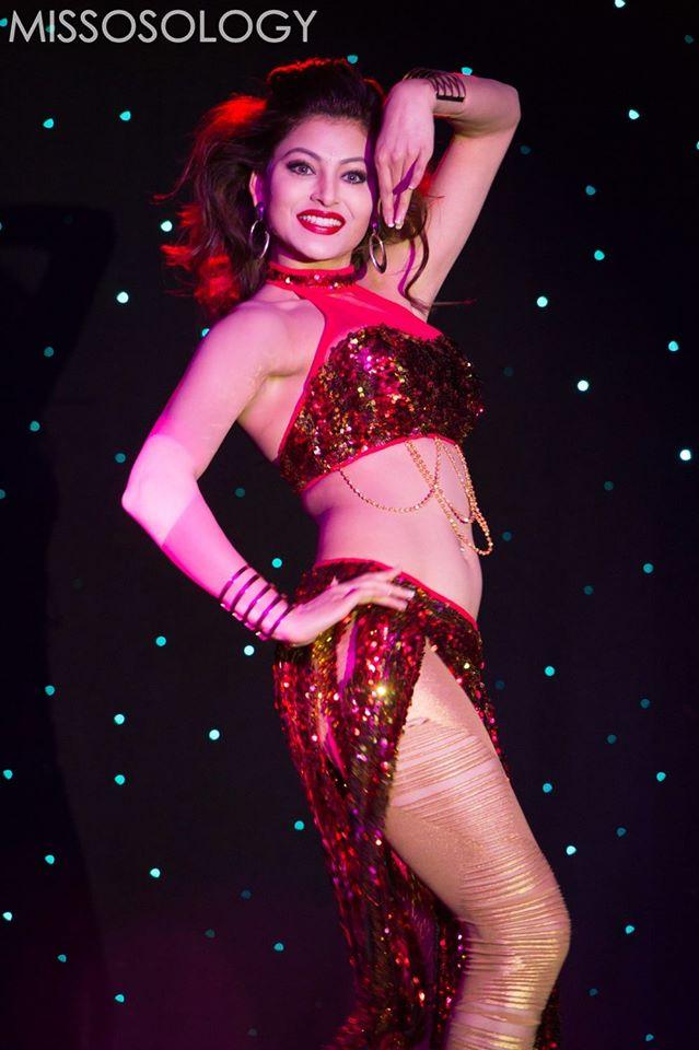 Hoa hậu Ấn Độ tận dụng triệt để những đường cong cơ thể trong bài múa bụng