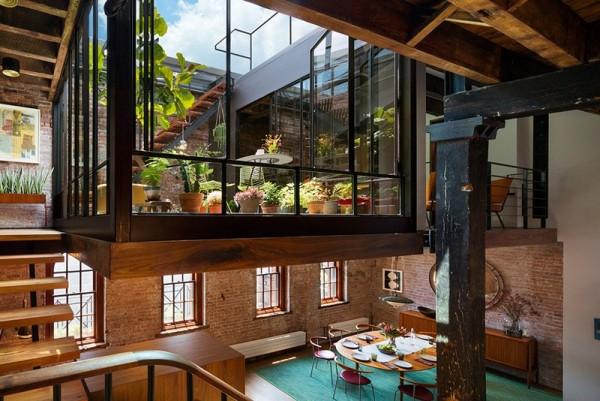 Điểm nhấn của căn hộ chính là phần không gian xanh thoáng mát. Đây là nơi gia chủ trưng bày những chậu hoa, cây cảnh mình yêu thích