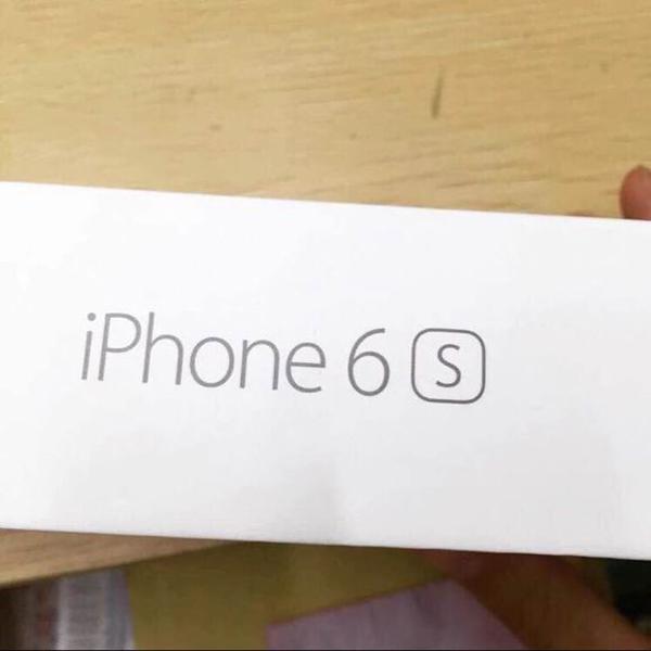 Hình ảnh thực tế vỏ hộp của iPhone 6S với chữ s được cách điệu trông khá nổi bật