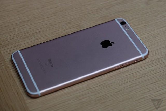 Cận cảnh iPhone 6S phiên bản màu Rose Gold (Ảnh: The Verge)