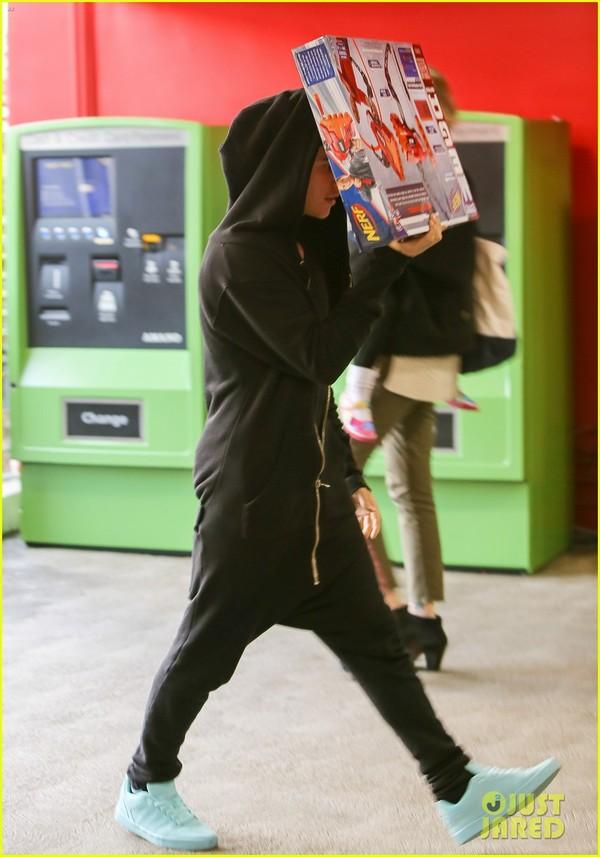 Anh chàng tranh thủ dùng chiếc hộp đồ chơi vừa mua để che mặt