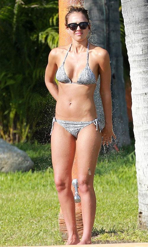 Jessica Alba sexy trên bãi tắm ở Mexico trong kỳ nghỉ năm mới vừa qua. Nữ diễn viên 33 tuổi đã có hai cô con gái 7 và 3 tuổi.