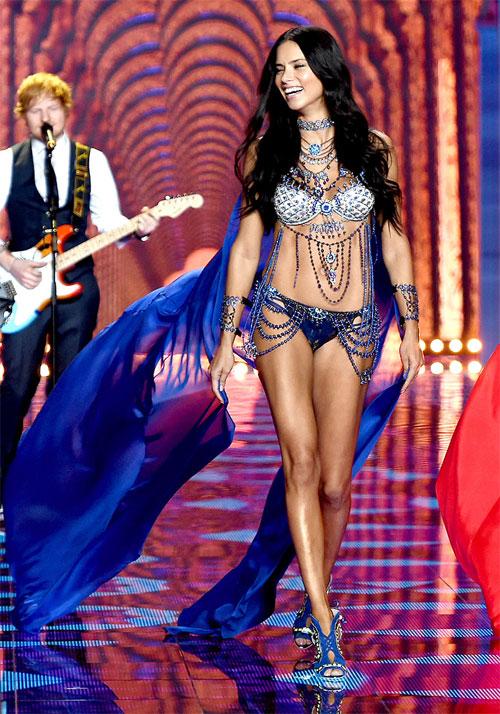 Mỹ nhân khác đến từ xứ samba, Adriana Lima, nóng bỏng trong show Victorias Secret 2014. Cô đã có hai cô con gái 5 và 2 tuổi.