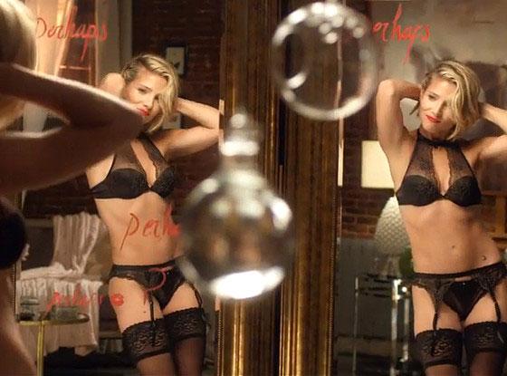 Nữ diễn viên Elsa Pataky - vợ tài tử Chris Hemsworth khêu gợi trong video quảng cáo nội y sau 10 tháng đẻ cặp song sinh con trai. Cô cũng đã có một cô con gái hơn 2 tuổi.