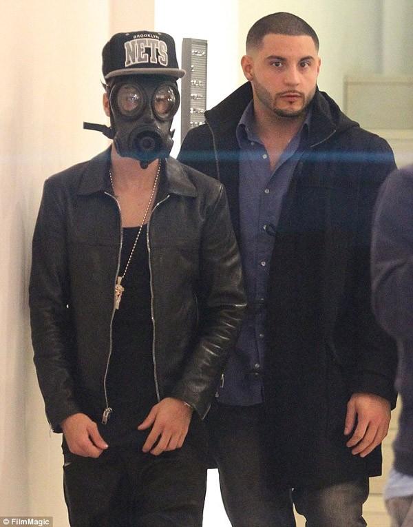 Justin từng gây chú ý với kiểu ngụy trang quái khi đẹo mặt nạ chống độc ra đường
