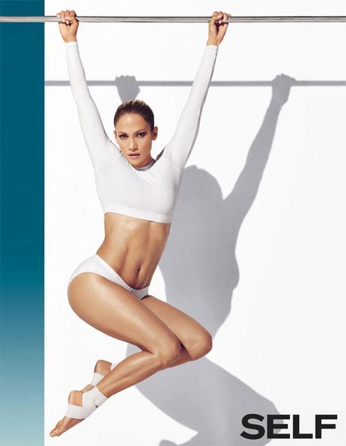 Jennifer Lopez khoe cơ bụng săn chắc trên tạp chí Self tháng 12/2014. Bà mẹ có cặp song sinh 6 tuổi ngày càng trẻ đẹp hơn trong những tháng gần đây và cô luôn triệt để khoe eo thon trong các bộ ảnh tạp chí hay trên thảm đỏ.