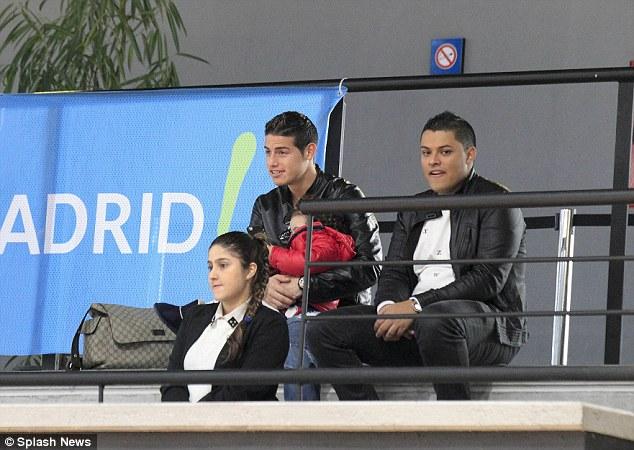 Sau trận đấu với Cordoba hôm thứ 7, James cùng con gái tới cổ vũ bà xã.