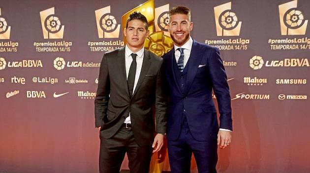 Cặp đôi James Rodriguez (trái) và Ramos của Real Madrid lần lượt nhận giải Tiền vệ và Hậu vệ hay nhất.