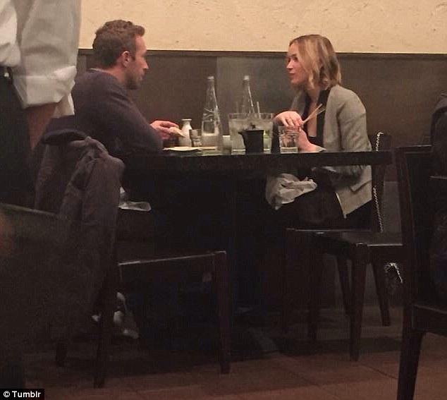 Hình ảnh Chris và Jennifer hẹn hò đón năm mới.