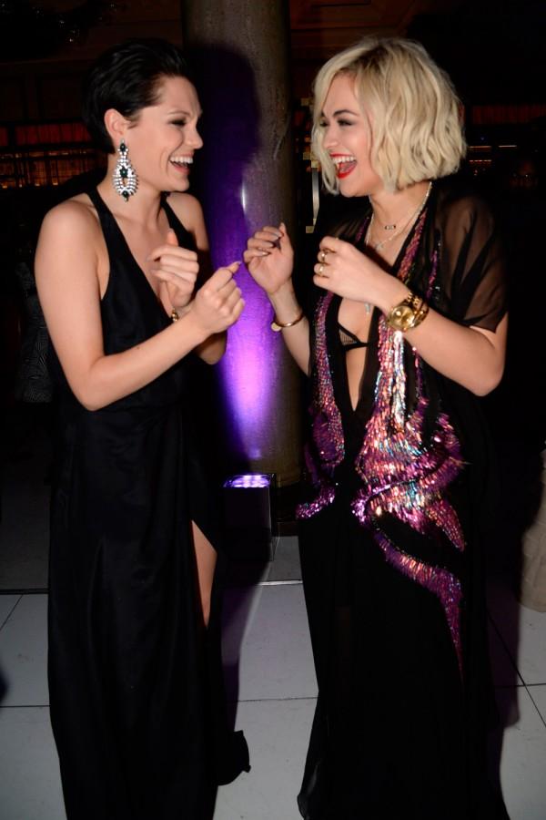 Jessie J và Rita Ora vui vẻ gặp nhau trong một buổi tiệc.