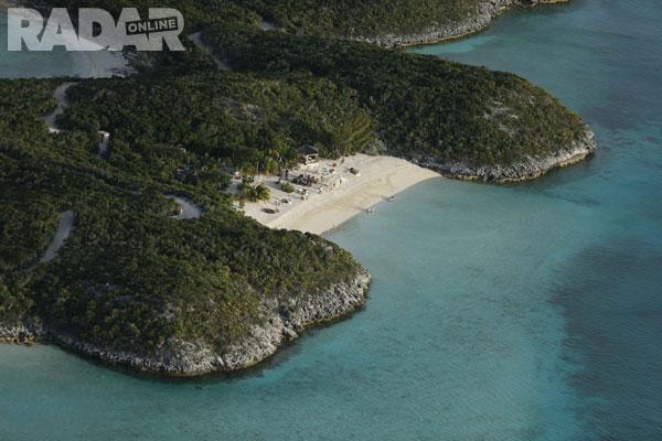 Nắng ấm và bãi biển tuyệt đẹp. Hòn đảo của Johnny được miêu tả như một thiên đường nhiệt đới.