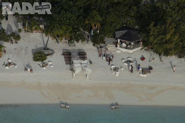 Khung cảnh bãi biển nơi diễn ra buổi lễ đặc biệt nhìn từ trên cao.