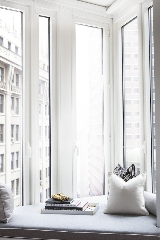 Góc chéo của căn nhà được xử lý hoàn hảo bằng ghế ngồi bên cửa sổ