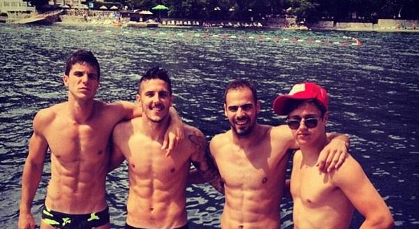 Tiền vệ Jovetic (thứ hai từ trái sang) hớn hở du lịch cùng nhóm bạn thân.