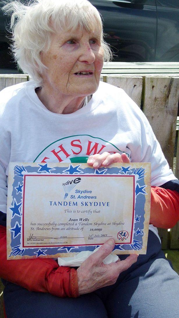 Bà Joan cầm bằng chứng nhận nhảy dù tự do. Ảnh: Blythswood Care/PA Wire