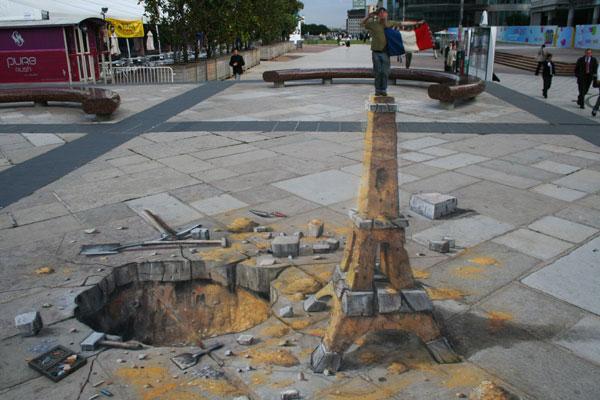 Eiffel Tower Sand-Sculpture (Julian Beever)
