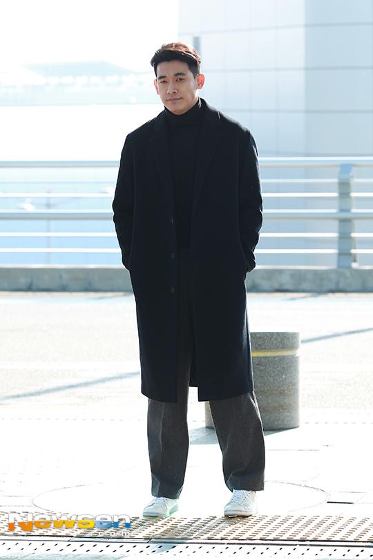 Jung Suk Won kết hợp áo dạ màu navy với áo cổ lọ màu đen